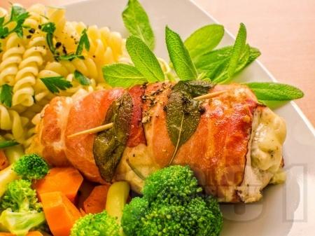 Пилешки рула с прошуто и бейби спанак с лимонов сок - снимка на рецептата